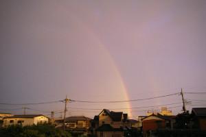 夕焼けにかかる虹